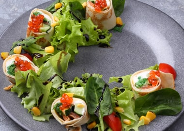 Салат с рулетами из блинчика
