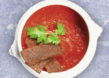 Томатный суп с ржаными гренками