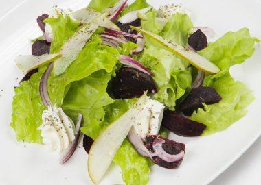 Салат со свеклой, грушей и мягким сыром