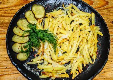 Картофель жареный по-домашнему с солеными огурчиками