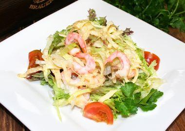Салат яичный с креветками, томатами и салатом Лолло Россо