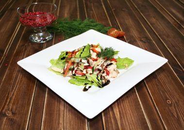 Салат с курицей и овощами с имбирным соусом