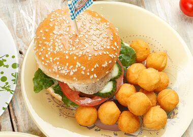 Бургер с курицей и картофельными крокетами
