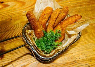 Дебрецинская колбаска в панировке с сырным соусом