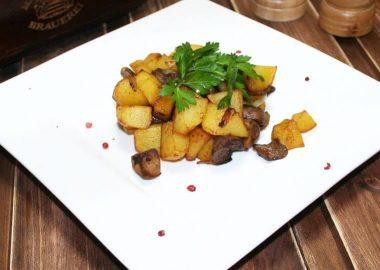 Картофель с жареными белыми грибами