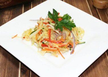Салат из свежей капусты с болгарским перцем, огурцом и красным луком