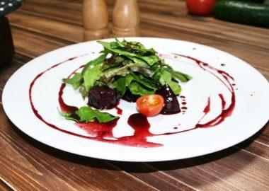 Салат с копченой свеклой