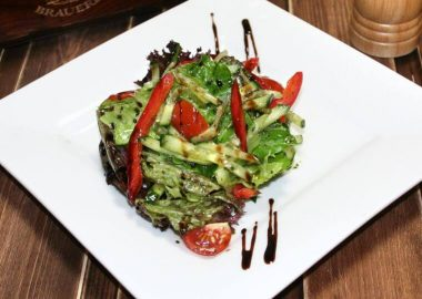 Салат овощной с зеленым маслом