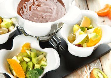 Шоколадное фондю с фруктами
