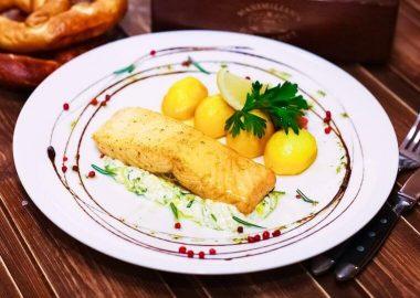 Стейк из лосося с луком пореем