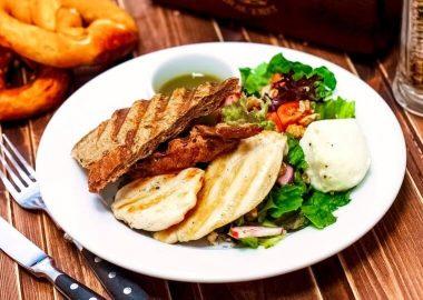 Теплый салат с куриной грудкой гриль