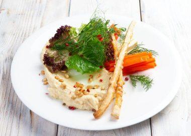 Хумус с овощными палочками