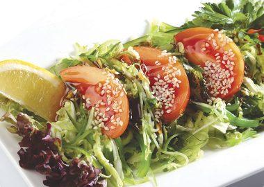 Салат из морских водорослей и свежих овощей
