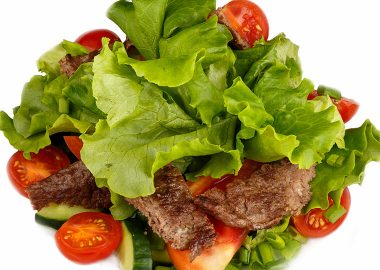 Vegetable salad with grilled beef