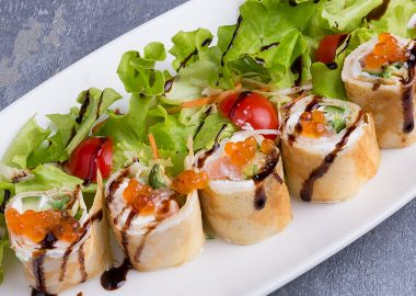 Salad with pancake rolls