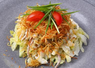 Салат со свиным язычком и овощами