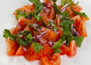 Салат из томатов с красным луком