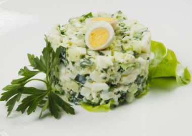 Зеленый салат с яйцом, яблоком и огурцом