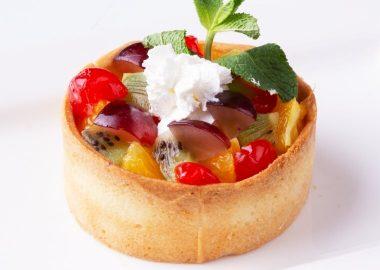 Песочная тарталетка с творожным кремом и фруктами