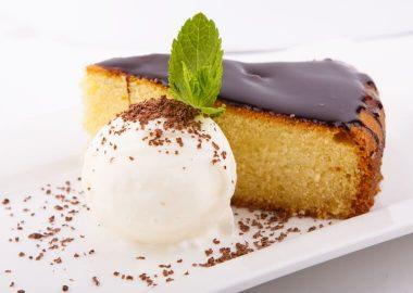 Домашний пирог из манной крупы с пломбиром и шоколадной стружкой