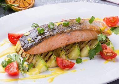Филе лосося с кабачками гриль и сливочно- цитрусовым соусом