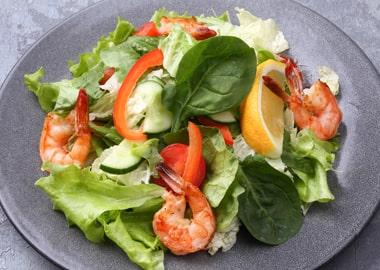 Креветки гриль со свежим салатом и овощами