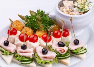Салат оливье с закусками