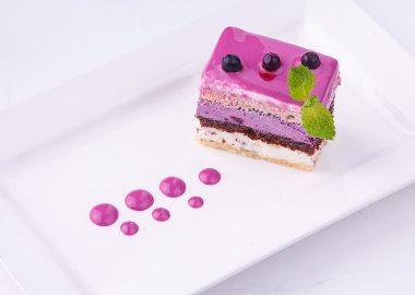 Бисквитное пирожное с черничным кремом