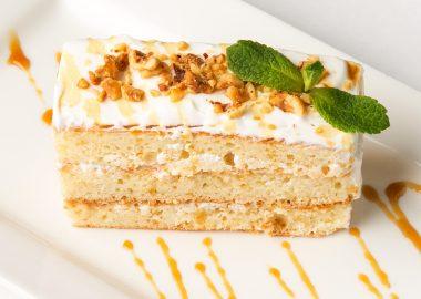 Домашний тортик со сметанным кремом и грецким орехом