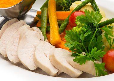 Отварное куриное филе с овощами и имбирно-морковным соусом