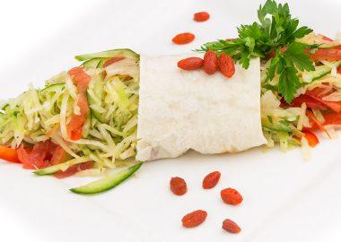 Салат из свежей капусты с овощами и ягодами годжи