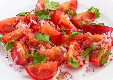 Салат из томатов с красным луком под горчично-бальзамическим дрессингом