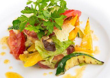 Салат с овощами гриль и пряно-чесночным дрессингом