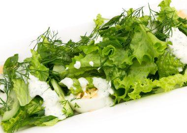 Салат со свежей зеленью, яйцом и огурцом под йогуртово-чесночной заправкой