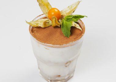 Тирамису с йогуртом и овсяным печеньем