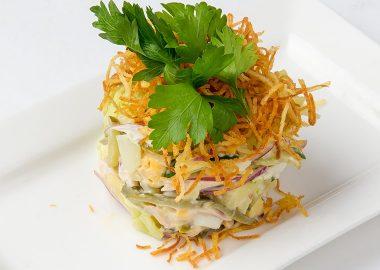 Салат с копченой курицей овощами и картофелем пай