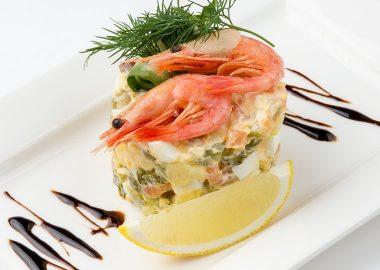 Салат со слабосоленым лососем овощами и креветками