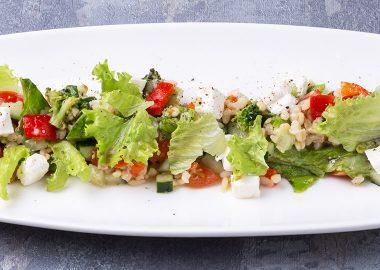Салат с булгуром, овощами и сыром фета