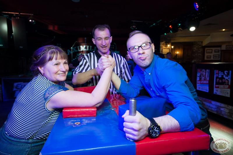 Молодая семья любительское фото на вечеринке в клубе телок