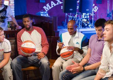 Баскетбольный клуб «Красные крылья», встреча в«Максимилианс», 9октября2013