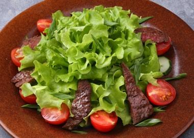 Овощной салат с говядиной гриль
