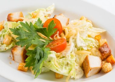Салат айсберг с куриным филе и овощами