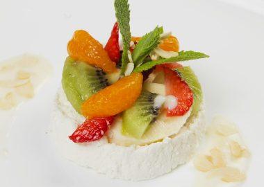Фруктовый салат с творожным муссом